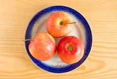 Pommes fraîches de la plaque photo stock