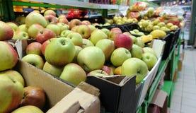 Pommes fraîches sur des rayons de magasin dans des boîtes photographie stock libre de droits