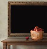 Pommes fraîches sur la table en bois Photo libre de droits