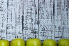 Pommes fraîches vertes sur un plan rapproché en bois de table Photographie stock