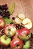 Pommes fraîches dans un panier Image libre de droits