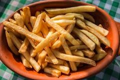 Pommes-Frites auf der Restauranttabelle lizenzfreie stockbilder