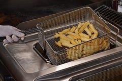 Pommes-Frites auf einer Bratpfanne stockfotos