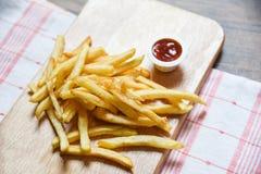 Pommes-Frites auf h?lzernem Brett mit Ketschup lizenzfreies stockfoto