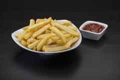 Pommes-Frites auf Holztisch mit Ketschup Stockfoto