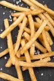 Pommes frites avec du sel brut sur l'ardoise photo libre de droits