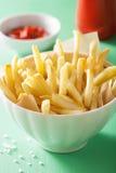 Pommes frites avec le ketchup au-dessus du fond vert Image libre de droits