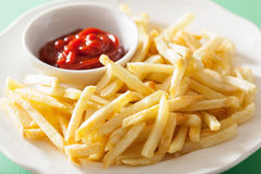Pommes frites avec le ketchup au-dessus du fond vert Photographie stock libre de droits