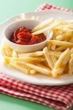 Pommes frites avec le ketchup au-dessus du fond vert Image stock