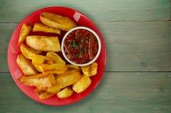 Pommes frites avec le ketchup sur un fond en bois pommes frites o Images libres de droits
