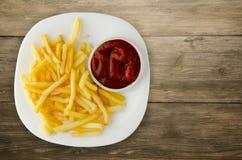 Pommes frites avec le ketchup sur un fond en bois pommes frites o Photos libres de droits