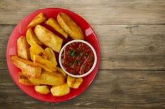 Pommes frites avec le ketchup sur un fond en bois pommes frites o Photo libre de droits