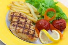 pommes frites cuites au four de poulet de sein grillées à Photographie stock