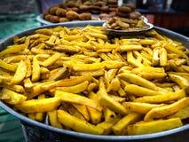 Pommes frites d'un plat chaud de fer images stock