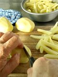 Pommes frites de découpage Image libre de droits