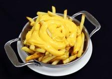 Pommes frites de fromage sur une plaque de m?tal photographie stock