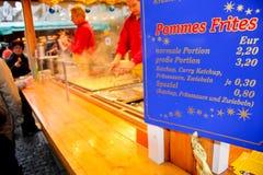 Pommes frites en vente dans Christkindlmarkt à Munich Photos stock