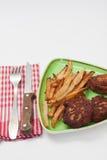 Pommes frites et boulettes de viande de viande hachée du plat Images libres de droits