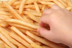 Pommes frites et main d'enfant photos libres de droits