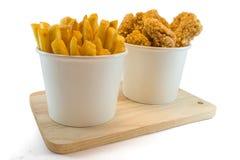 Pommes frites et pépites dans des boîtes de papier Image libre de droits