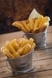 Pommes frites i en matställe Arkivbilder