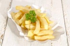 Pommes frites i en pappers- bunke Royaltyfri Fotografi