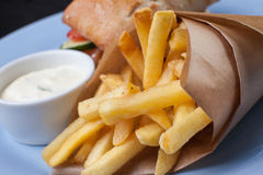 Pommes frites i en pappers- påse Arkivbilder