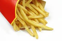 Pommes frites i ett rött pappers- omslag Royaltyfri Foto