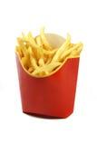 Pommes frites i ett rött pappers- omslag som isoleras på vitbakgrund Fotografering för Bildbyråer