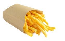 Pommes frites i kraft den pappers- asken som isoleras på vit bakgrund arkivbild