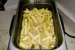 Pommes frites i stekpanna Fotografering för Bildbyråer