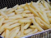 Pommes-Frites im heißen Fett in einer Fritteuse stockfotografie