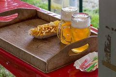 pommes frites ketchup et bière Images libres de droits