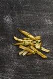 Pommes frites luftar den stekte utvändiga maträtten på den svarta slitna tabellen royaltyfri fotografi