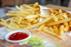 Pommes frites med klar ketchup Royaltyfri Bild