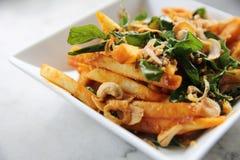 Pommes frites med thai kryddigt arkivfoton