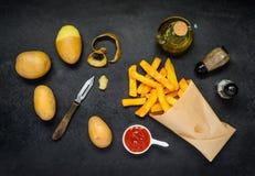 Pommes-Frites mit dem Kochen von Bestandteilen und von Würzen Stockbilder