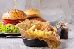 Pommes-Frites mit Hamburger Stockbild