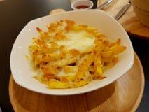 Pommes-Frites mit Käse stockbild