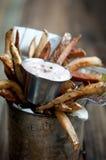 Pommes-Frites mit Kalamata Olive Dip Lizenzfreie Stockbilder