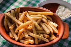 Pommes-Frites mit Ketschup und Majonäse lizenzfreie stockfotos