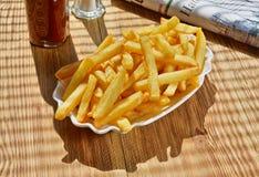 Pommes-Frites mit Zeitung lizenzfreie stockbilder