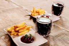 Pommes frites och såsmaträtt med kvass Royaltyfria Foton
