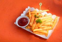 Pommes frites och tomatsås i den pappers- asken royaltyfri fotografi