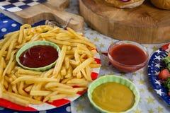 Pommes frites på trätabellen med 4th det juli temat Royaltyfria Bilder