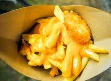 Pommes frites som överträffas med ost Royaltyfri Bild