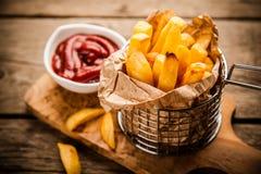 Pommes frites sur la table en bois photographie stock libre de droits