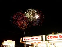Pommes-Frites und Feuerwerke Stockbild