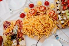 Pommes-Frites und Minipizzas Stockbild
