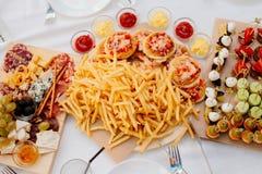 Pommes-Frites und Minipizzas Stockfoto